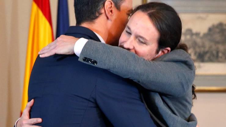 «Un abrazo» – eine Umarmung – zwischen den beiden Spitzenpolitikern Pedro Sanchez (links) und Pablo Iglesias.
