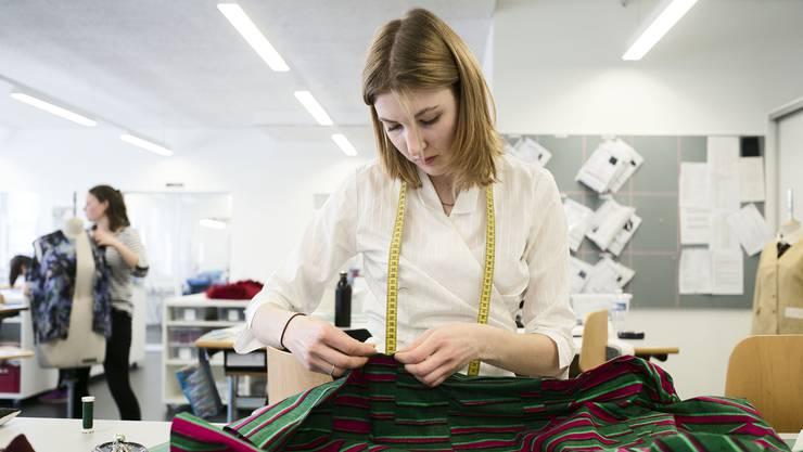 In den Couture-Ateliers auf dem Campus der Künste wird konzentriert und schnell gearbeitet - eine Modenschau steht bevor!