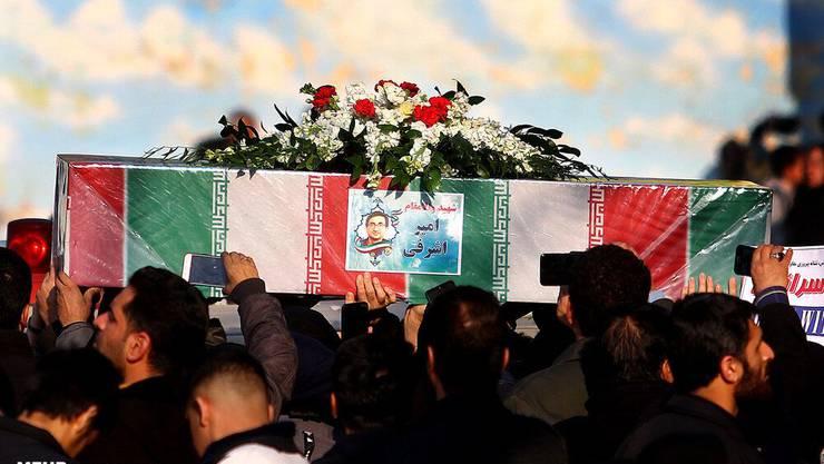 Der Sarg von Amir Ashrafi gehüllt in eine Flagge des Iran am Donnerstag während des Trauerzuges in Isfahan.