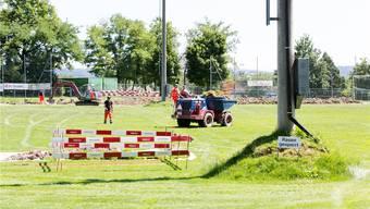 Auf dem Fussballfeld müssen Sofortmassnahmen zur Gas-Absaugung durchgeführt werden. Der Erdwall um den Mast zeigt, wie hoch das Spielfeld war, bevor es wegen der daruntergelegenen Deponie absackte. Fotos: Severin Bigler