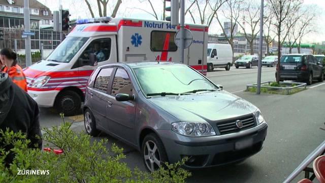 Auto erfasst zwei Fussgänger in Nähe Kalkbreite