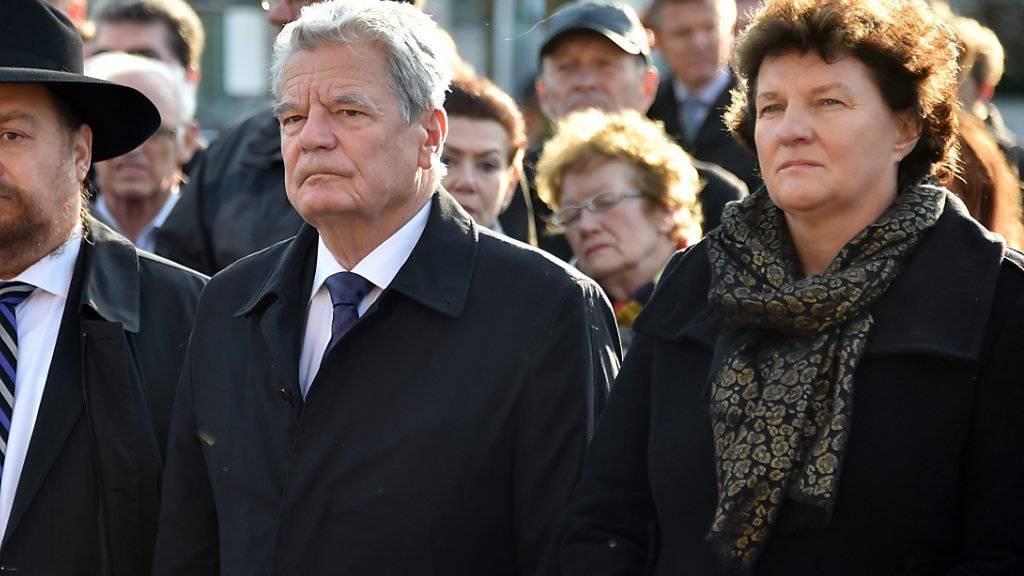 Gauck zwischen Rabbi Nachum Presman (l.), und der brandenburgischen Parlamentspräsidentin Britta Stark an der Gedenkfeier in Oranienburg.