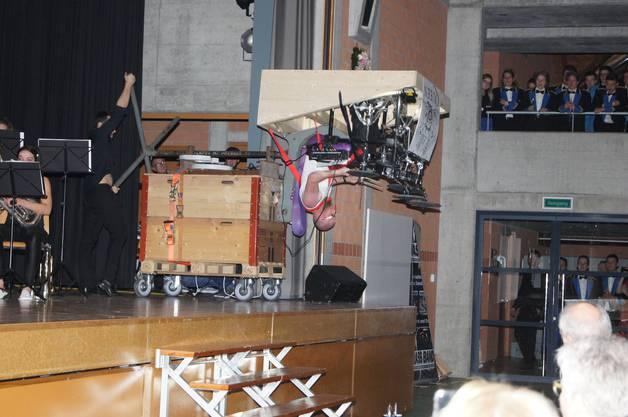 Schlagzeuger auf Schwenkbühne upside down im Queens-Titel INNUENDO.