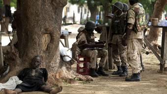 Zehn Jahre ist es her, seit die islamistische Terrortruppe Boko Haram Schülerinnen entführte. Hier nigerianische Soldaten und ein Verdächtiger.