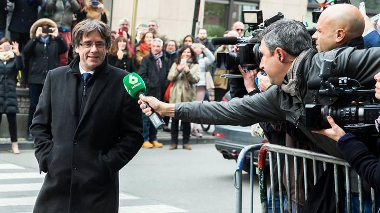 Unter der Regierung Puigdemonts wurde am 1. Oktober 2017 ein umstrittenes Unabhängigkeitsreferendum für die Loslösung von Spanien abgehalten, obwohl das spanische Verfassungsgericht die Volksabstimmung im Vorfeld für illegal erklärt hatte. Ende Oktober 2017 erhob die spanische Generalstaatsanwaltschaft Anklage gegen Puigdemont. Daraufhin hat sich der Katalanen-Führer nach Belgien abgesetzt.