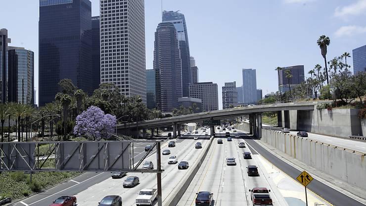 Mehr Leben auf den Strassen: In Los Angeles sollen zwar die Beschränkungen beim Ausgang weiterhin aufrecht erhalten werden - Sport am Strand werde aber zum Beispiel erlaubt. (Archivbild)
