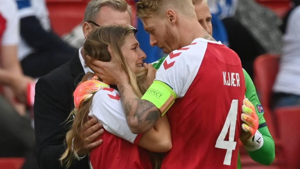 Dieses Bild ging um die Welt: Simon Kjaer tröstet die Freundin von seinem Teamkollegen Christian Eriksen