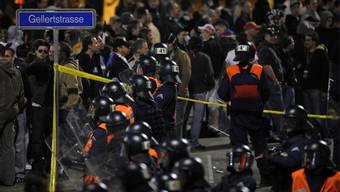 Polizei im Einsatz beim einen FCB-Heimspiel.