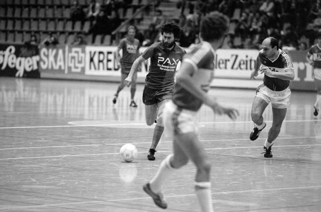 Paul Breitner kanns immer noch. Er schiesst sechs Tore für den FCB. Hier zieht er an St. Gallens Christian Gross vorbei.