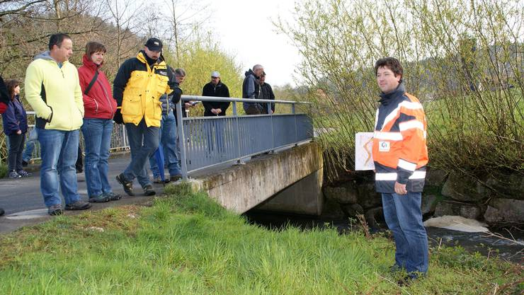 Diese Brücke erfüllt laut Silas Menberg (r.) die Anforderungen des Hochwasserschutzes.