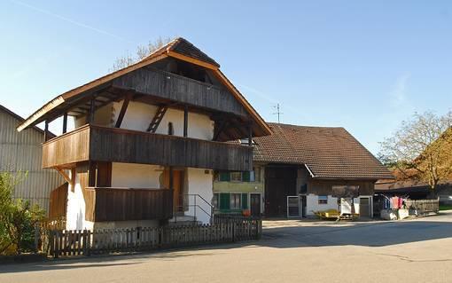 Speicher mit Mauerwerk, Holzlaube und keckem Dachaufbau (16. Jh.) in Eppenberg.