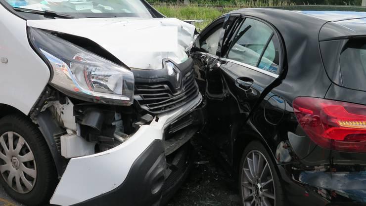 Die Personenwagenlenkerin wollte von einem Parkplatz in die Hauptstrasse einbiegen. Dabei kam es zur Kollision zwischen dem Personenwagen und einem Lieferwagen.