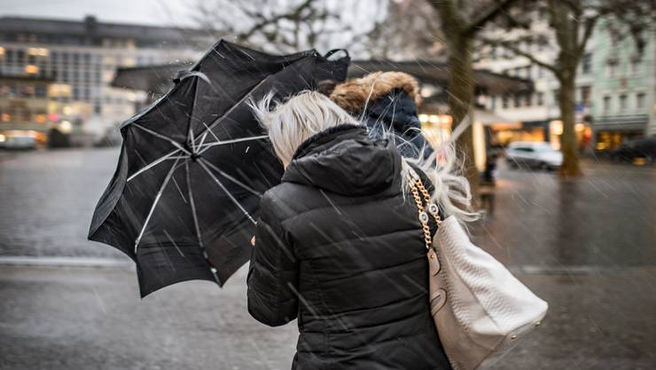Auch am Donnerstag sollte man seinen Regenschirm besser gut festhalten: Sturmtief «Tomris» zieht auf.