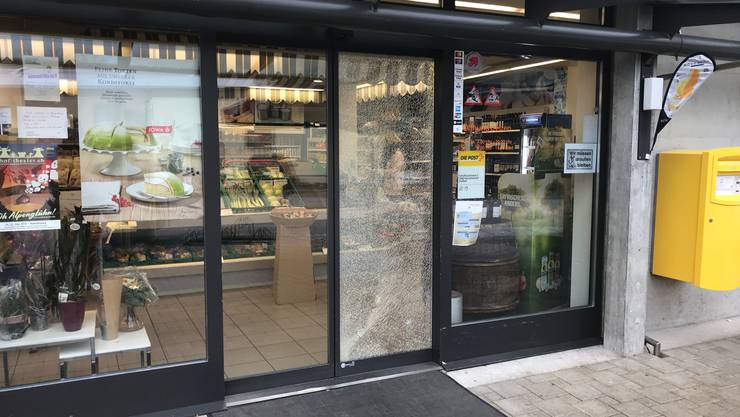 Die demolierte Dorfladen-Tür.