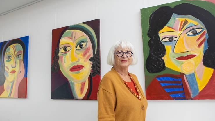 Kunst im KSO - Die Künstlerin Ilse Zeller zeigt mit «Farbe Form Format» Werke im Kantonsspital Olten. Die Künstlerin vor den drei werken mit den Namen Cora, Rosa und Nana.