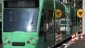 Ein Combino-Tram in Basel an der Grenze zu Deutschland