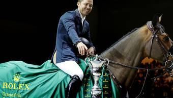 Kent Farrington, hier in einer Archivaufnahme mit Gazelle, greift nach dem Pokal.