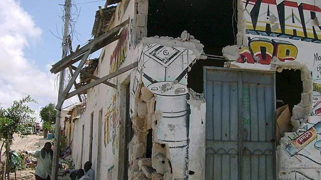 Zerstörtes Haus in Mogadischu (Archiv)
