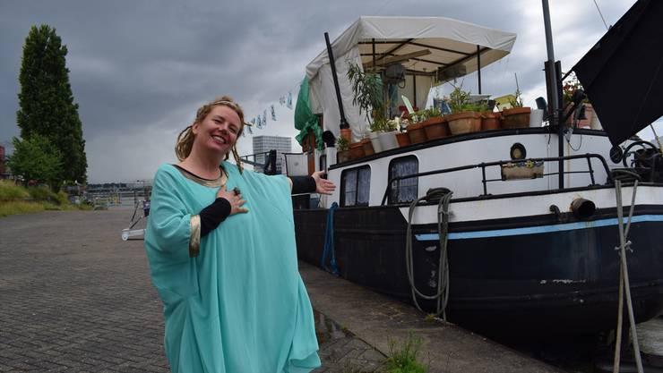 Anmari Wili mit ihrem Schiff «Lorin» am Basler Klybeckquai. Die Kulturschaffende ist für die Dauer eines Projektes geduldet. Wie es danach weitergeht, weiss sie nicht.