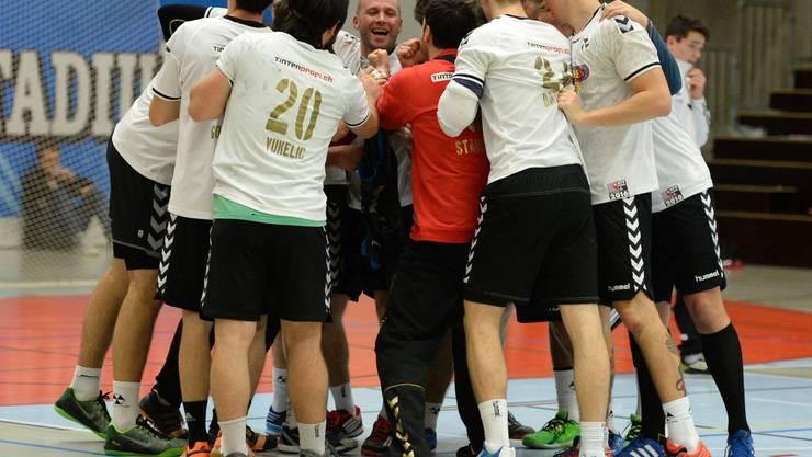 Nach dem Schlusspfiff feiern die Basler Ihren Sieg.