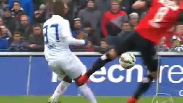 Sandro Wieser steigt gegen FCZ-Yapi brutal ein.