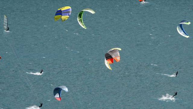 Kitesurfer nutzen Malojawind am Silvaplanersee (Symbolbild)