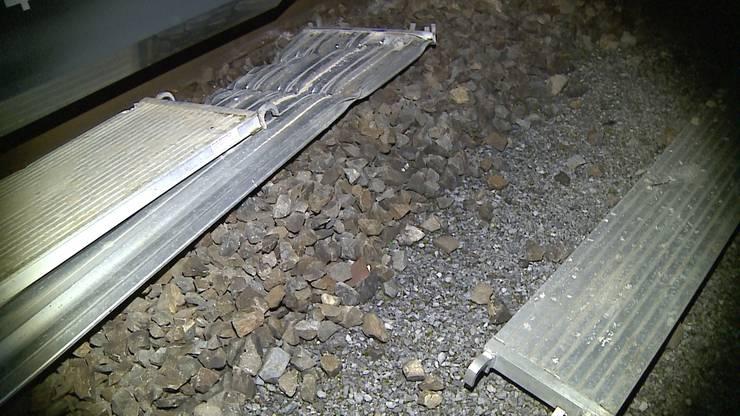 Der Zug überfuhr das Aluminiumelement.