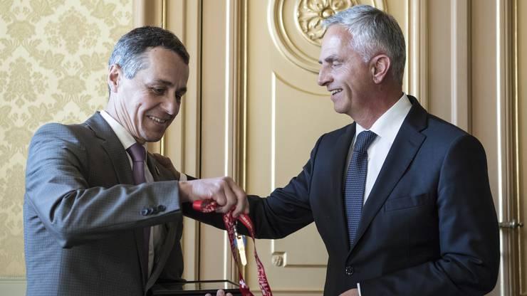 Bundesrat Didier Burkhalter übergibt seinem Nachfolger den Schlüssel des Departementes des EDA