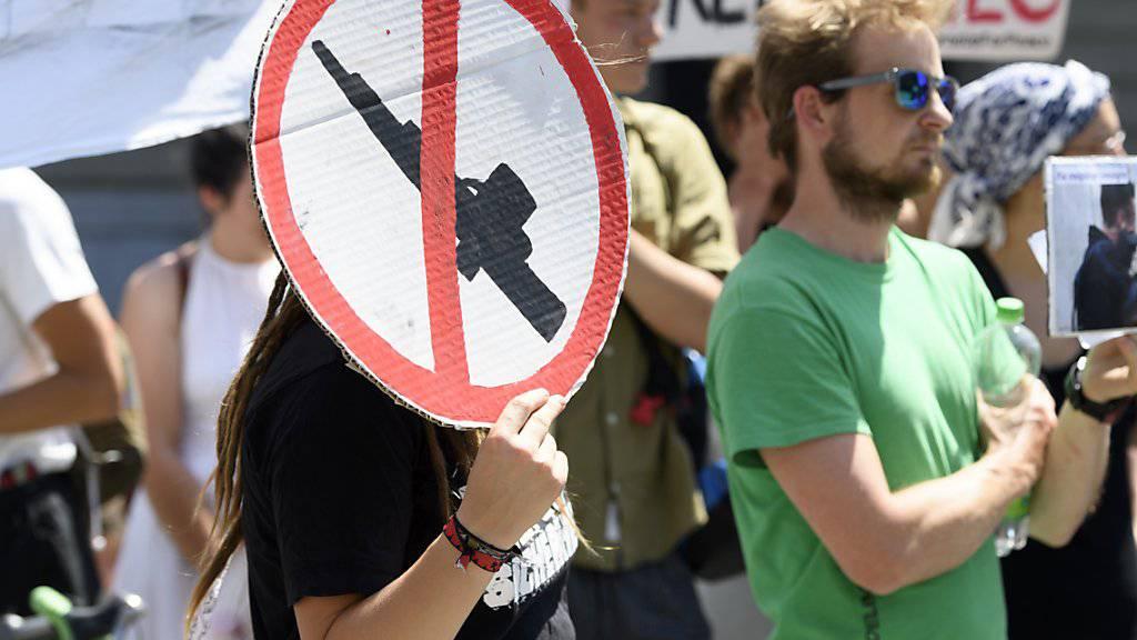 Demonstranten protestierten im vergangenen Sommer an einer Kundgebung in Bern gegen Waffenexporte in Bürgerkriegsländer. (Archivbild)