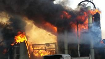 Thomas B. hat 2013 aus Versehen den Hof seiner Familie in Möriken in Brand gesetzt. Trotz Absichtslosigkeit kommt ihm dies nun teuer zu stehen. Der 31-Jährige wurde zu einer Busse und Geldstrafe verurteilt. Zusätzlich fordert die Gebäudeversicherung AG von ihm fast 600`000 Franken.