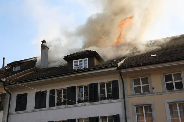 An der Hauptgasse 54 brennt es, und das Feuer greift auch auf die umliegenden Gebäude über.