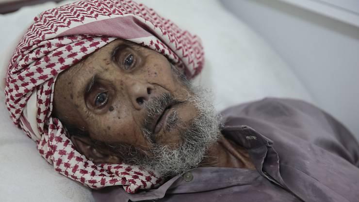 Ein älterer Mann wird in einem Spital in Sanaa wegen Verdachts auf Cholera behandelt - schon fast 30'000 Menschen im Bürgerkriegsland teilen sein Schicksal.