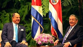 Costa Ricas Präsident Solis bei einem Treffen mit Kubas Staatschef Castro: Der Streit um kubanische Flüchtlinge in Mittelamerika eskaliert zusehends. (Archivbild)