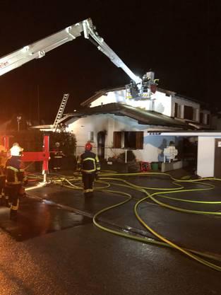 Ein Haus an der Oberdorfstrasse brennt. Eine 97-jährige Frau starb.