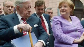 Weiss eine neue Frau an seiner Seite: Altkanzler Helmut Schmidt ist wieder verliebt (Archiv)