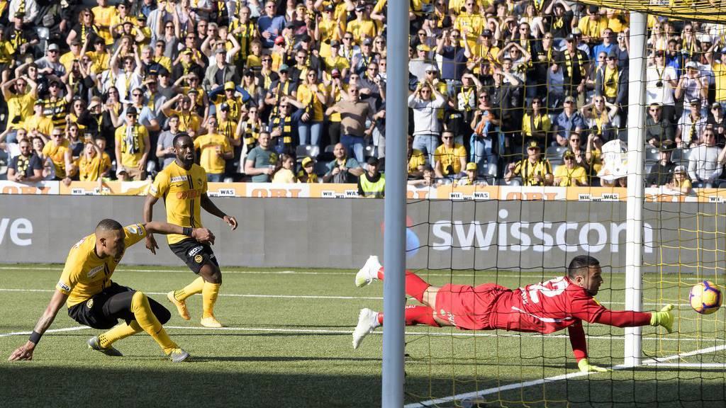 YBs Guillaume Hoarau schiesst kurz vor Spielende das entscheidende 3:2-Tor gegen den FCSG.