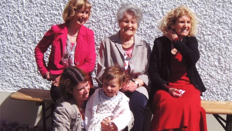 Urenkelin Jolanda Kirchhofer mit Ururenkelin Liv-Araya, hinten dann «Grosi» Jacqueline Kirchhofer, Ururgrossmutter Lydia Schreiber und Urgrossmutter Vreni Bessire-Schreiber. zvg