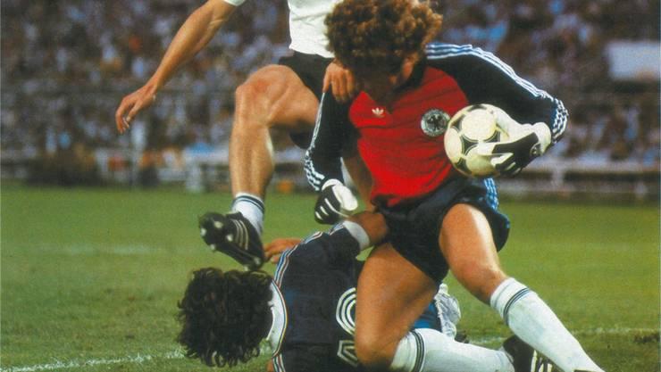 Unter Strom: Deutschlands Goalie Toni Schumacher gegen Frankreichs Michel Platini im WM-Halbfinal 1984.
