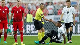 Die Schiedsrichter – hier der Holländer Björn Kuipers – haben an der EM bisher alles im Griff, ohne sich selber in den Vordergrund zu stellen.Keystone