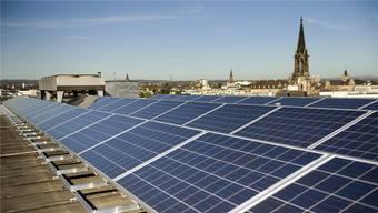Die Basler Energieversorgung soll nach dem neuen Gesetz vollständig auf erneuerbare Quellen abgestellt werden (im Bild die Photovoltaik-Anlage auf dem Dach der Bank Coop am Aeschenplatz). Keystone