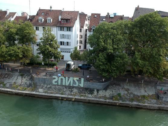 Die Spiegelschrift am Rheinufer. Ein Werk des Künstlers Onorio Mansutti für die NGO sun21.