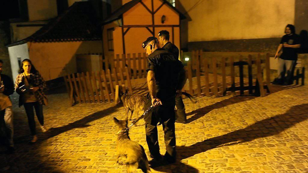 Portugiesische Polizisten nehmen mutmassliche Neonazis fest. (Symbolbild)
