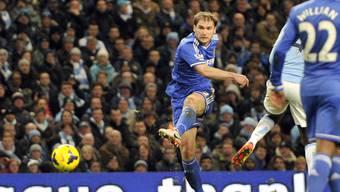 Branislav Ivanovic drückt wuchtig ab - das 1:0 für Chelsea.