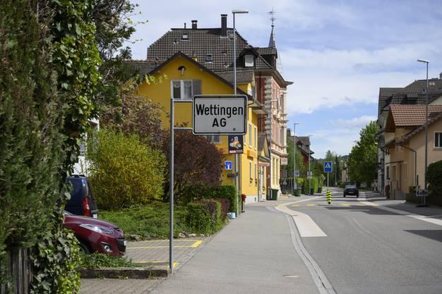 Wo genau die Grenze zwischen Baden und Wettingen jeweils verläuft, ist nicht immer wie hier an der Schartenstrasse sichtbar. An gewissen Stellen verläuft die Grenze quer durch Wohnhäuser.