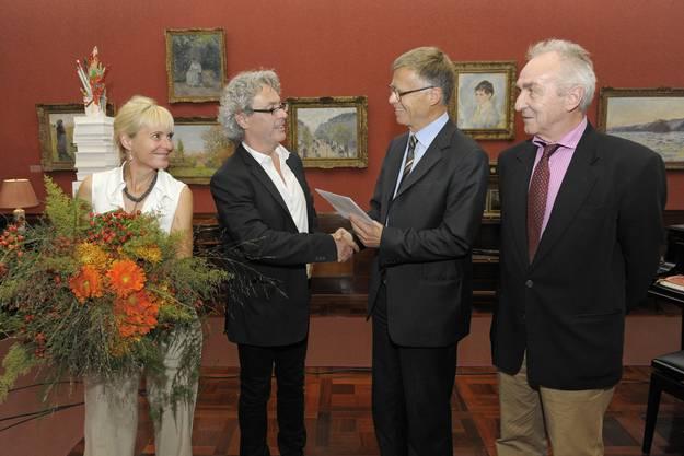 Verleger Peter Wanner überreicht Beat Zoderer den Preis