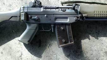 Nach dem Rauswurf ging der Mann nach Hause und holte seine Armeewaffe, ein Sturmgewehr 90. (Symbolbild)