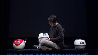 Der südkoreanische Performer Jaha Koo zeigt in Basel sein Stück «Cuckoo».