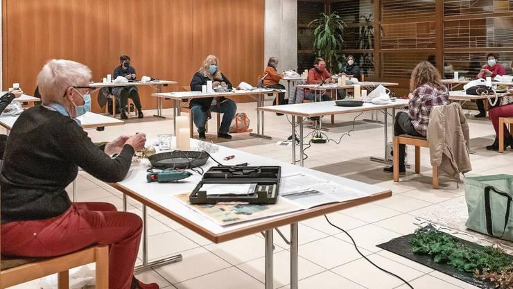 Im Kirchgemeindehaus Winznau bastelten die Teilnehmerinnen der «Ladies Night» ihre Adventsgestecke.