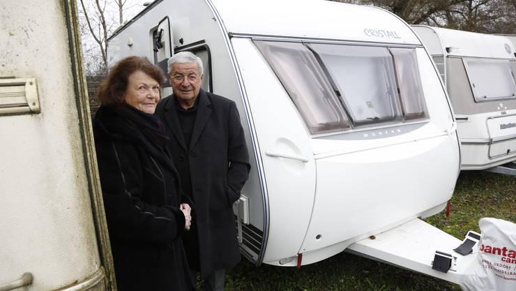 Trudy und Peter Imholz vor ihrem Wohnwagen, der von Vandalen verwüstet wurde.