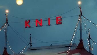 Nachtaufnahme des mit Lichterketten beschmückten Zirkuszelts (Archiv)
